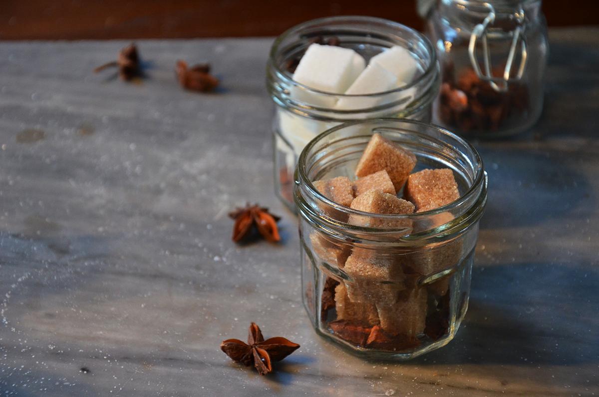Per preparare gli zuccherini alcolici si usa lo zucchero di canna o bianco
