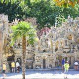 Lo strano Palais Ideal du Facteur Cheval a Hauterives in Francia fatto con le pietre