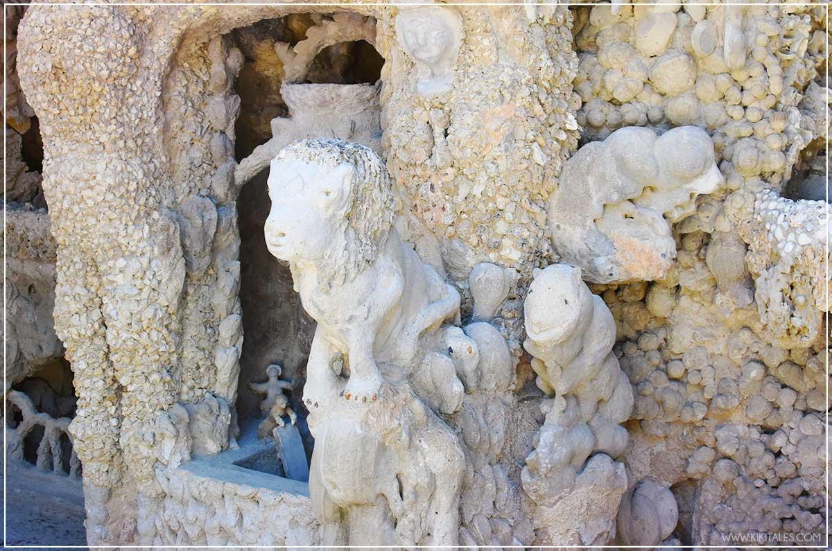 Lo strano Palais Ideal du Facteur Cheval a Hauterives in Francia fatto con le pietre animali