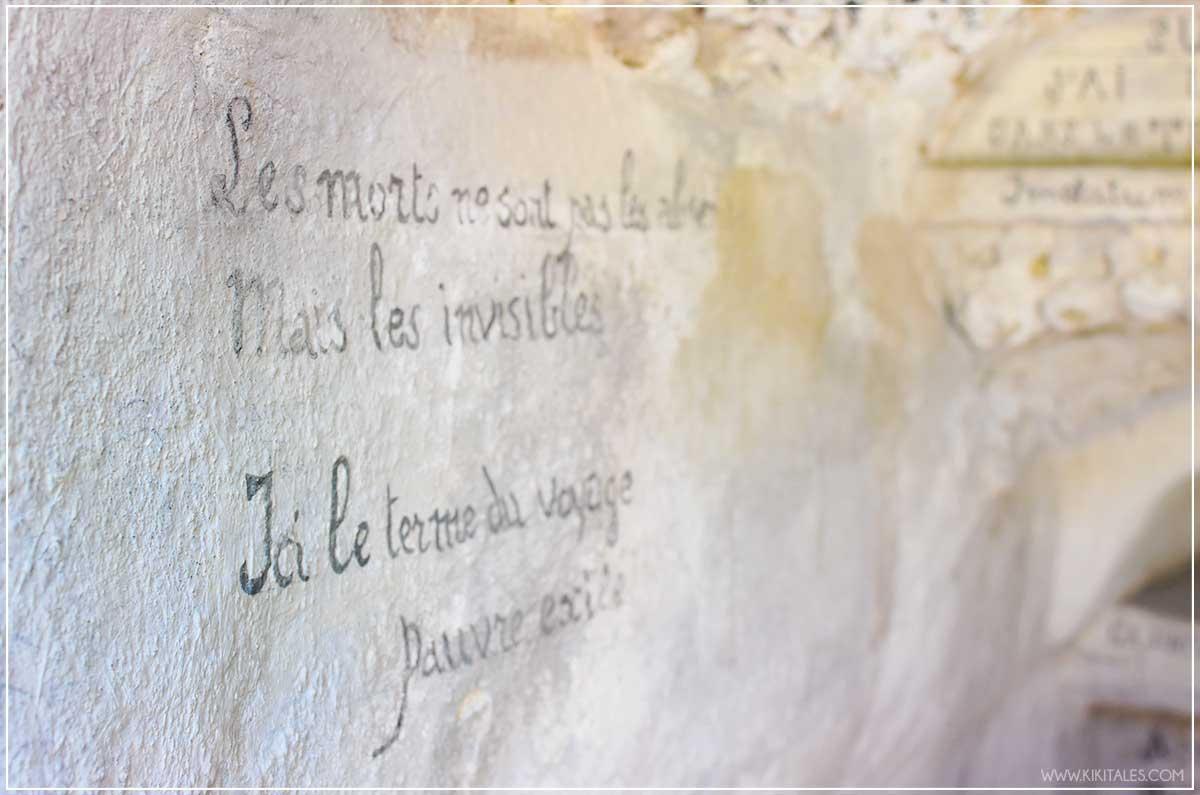 Lo strano Palais Ideal du Facteur Cheval a Hauterives in Francia fatto con le pietre frasi