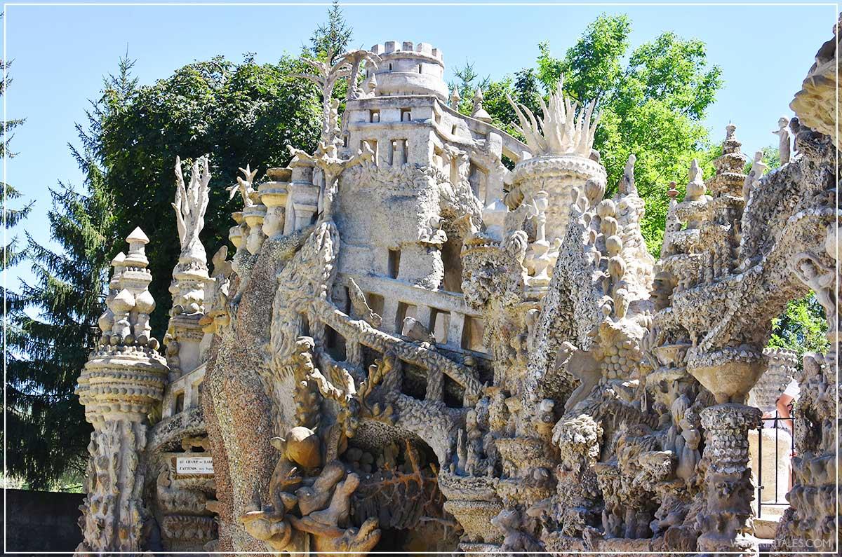 Lo strano Palais Ideal du Facteur Cheval a Hauterives in Francia fatto con le pietreLo strano Palais Ideal du Facteur Cheval a Hauterives in Francia fatto con le pietre