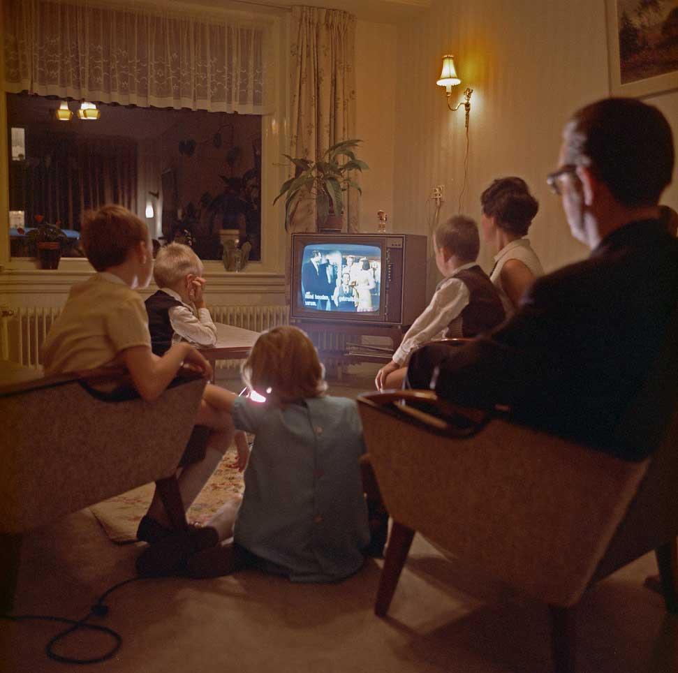 famiglia riunita davanti ad una televisione