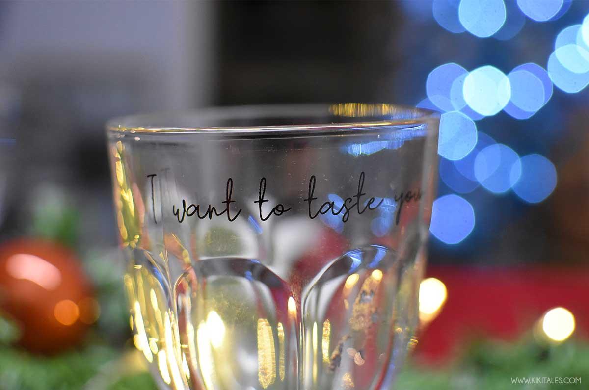 bicchieri con scritte per una tavola di Natale chic